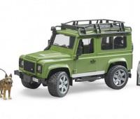 Land Rover Defender met boswachter en hond 1
