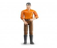 Man met bruine broek en oranje shirt 1