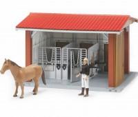 Paardenstal met paard en verzorgster 1