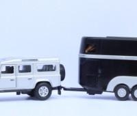 Land Rover met zwarte paardentrailer 1