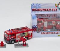 Brandweer spuitwagen en 2 brandweermannen 1