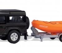 Zwarte Landrover Defender met reddingsboot en trailer 1