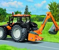 Valtra Tractor met Kuhn bermmaaier 1