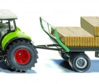 Claas tractor met balengrijper en aanhanger 1