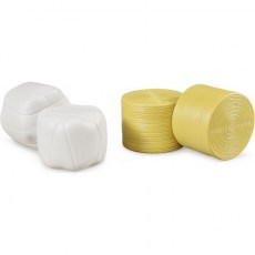4 ronde hooibalen waarvan 2 met witte wikkel