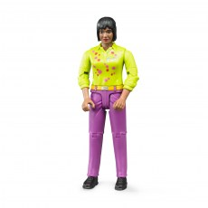 Vrouw met paarse broek en groen shirt