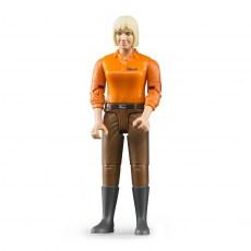 Vrouw met bruine broek en oranje polo