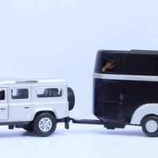 Land Rover met zwarte paardentrailer