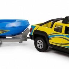 Terreinwagen met aanhanger en boot
