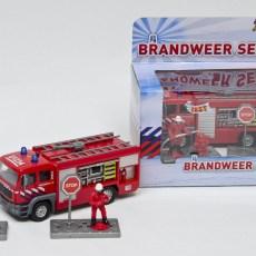 Brandweer spuitwagen en 2 brandweermannen