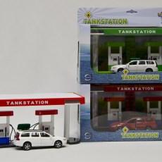 Tankstation met Volvo V70 (rood/wit)