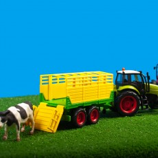 Set van groene tractor met gele veewagen