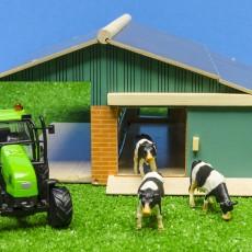 Set van een open stal, 3 koeien en een tractor