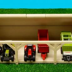 Houten schuur voor 6 tractoren