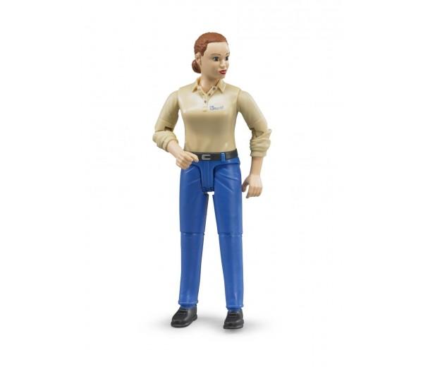 Vrouw met blauwe broek en beige polo