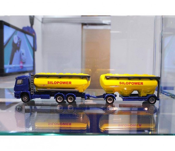 Mercedes-Benz vrachtwagen met voedersilo